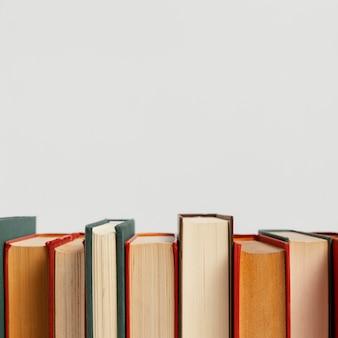 Arranjo de livros antigos com espaço de cópia