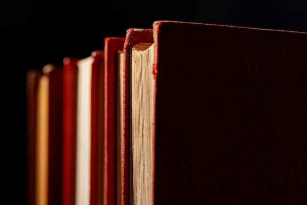 Arranjo de livros antigos de perto