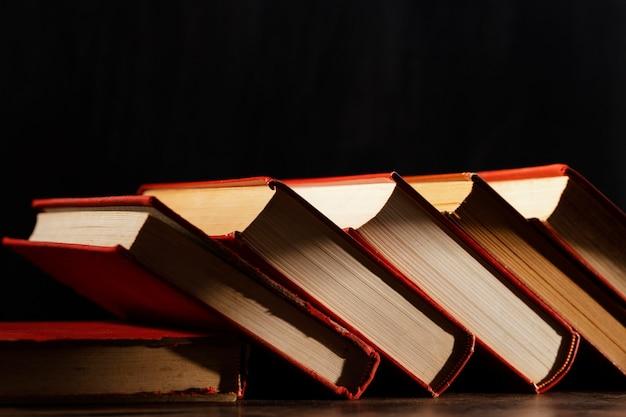 Arranjo de livros com fundo escuro