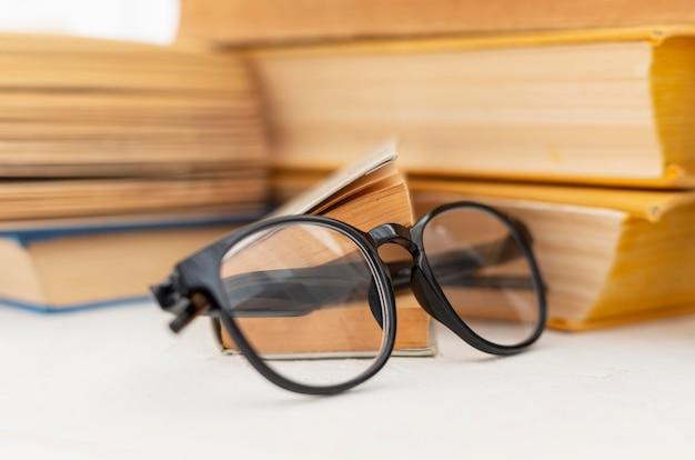 Arranjo de livros com óculos