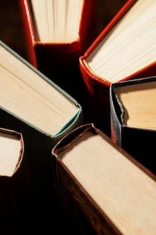 Arranjo de livros de ângulos altos