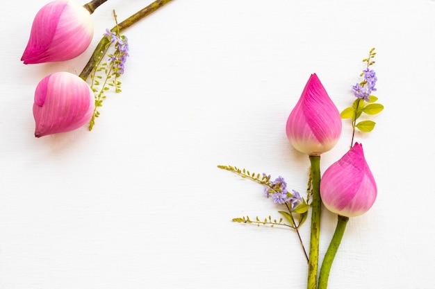 Arranjo de lótus com flores cor de rosa em estilo de cartão postal