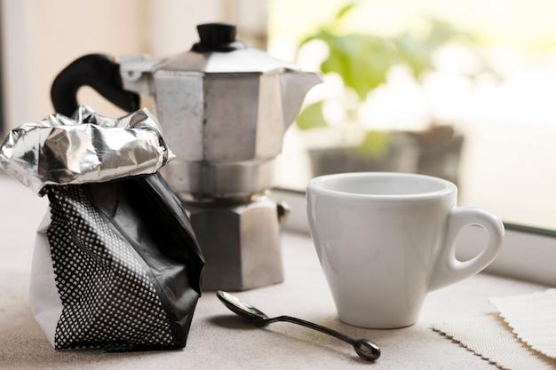 Arranjo de manhã vista frontal com café