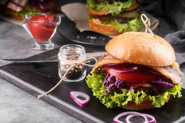 Arranjo de menu de hambúrguer saboroso com espaço de cópia