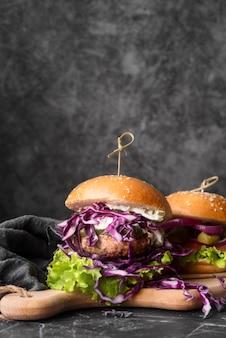 Arranjo de menu de hambúrguer saboroso