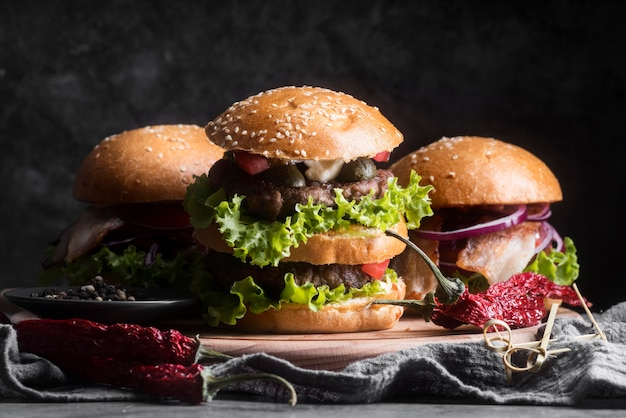 Arranjo de menu saboroso hambúrguer vista frontal