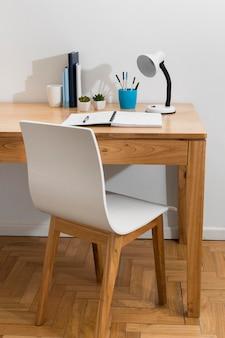 Arranjo de mesa com cadeira