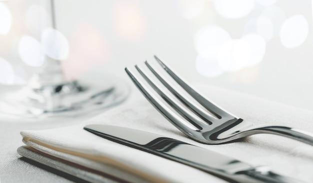 Arranjo de mesa com garfo e faca no guardanapo