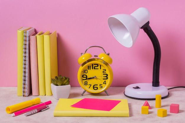 Arranjo de mesa com lâmpada e relógio