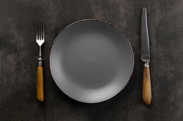 Arranjo de mesa com prato e talheres