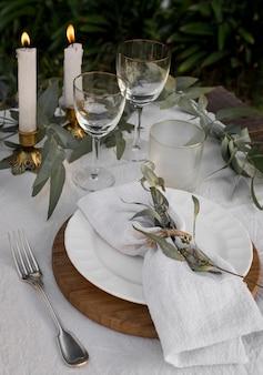 Arranjo de mesa com velas de alto ângulo