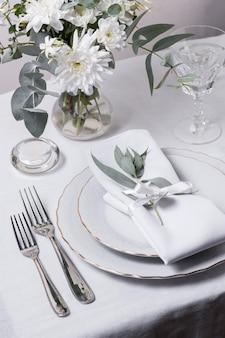 Arranjo de mesa de ângulo alto com flores