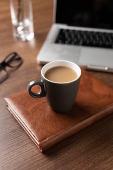 Arranjo de mesa de ângulo alto com notebook