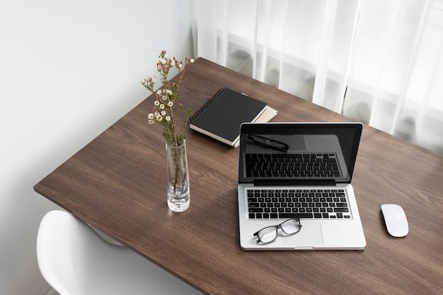 Arranjo de mesa de negócios com laptop de alto ângulo
