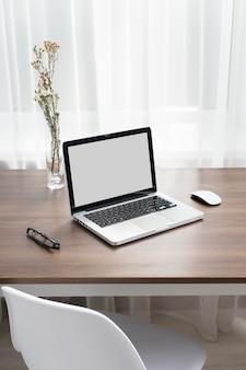 Arranjo de mesa de negócios com laptop