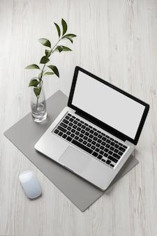 Arranjo de mesa em ângulo alto com laptop