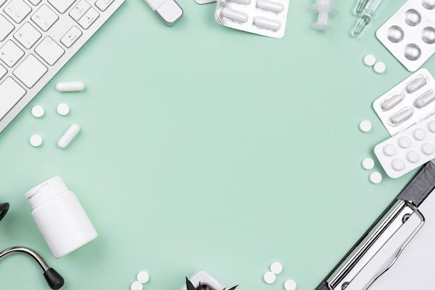 Arranjo de mesa médica com espaço de cópia sobre fundo verde