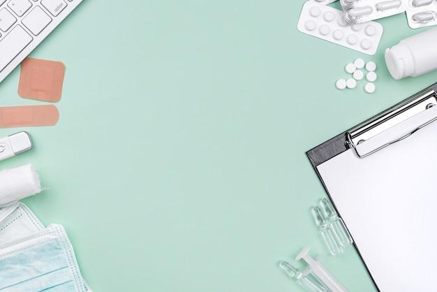 Arranjo de mesa médica leigos plana com espaço de cópia sobre fundo verde