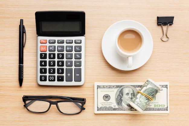Arranjo de mesa plana com dinheiro
