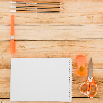 Arranjo de mesa plana com notebook