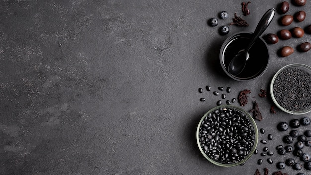 Arranjo de mirtilos e frutas secas com espaço para texto