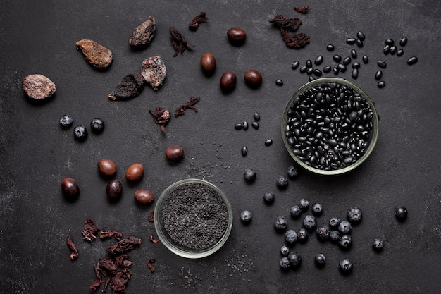 Arranjo de mirtilos e frutos secos vista superior