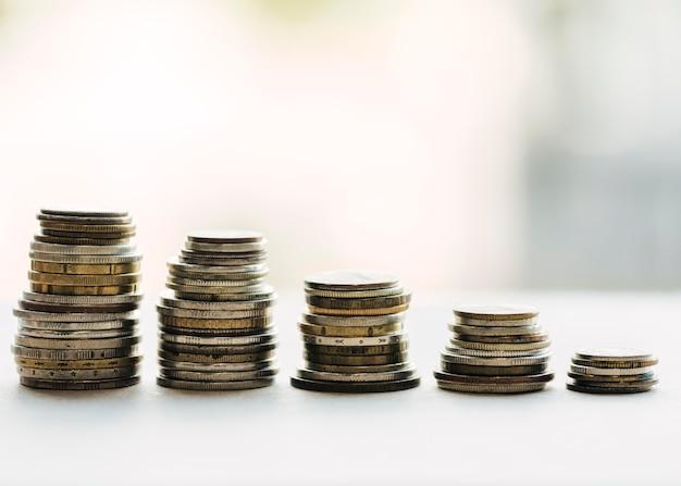Arranjo de moedas com fundo desfocado