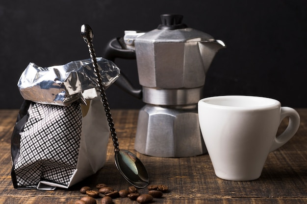 Arranjo de moedor de café com saco e caneca vista frontal