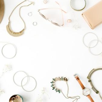 Arranjo de moldura de acessórios de moda feminina em branco