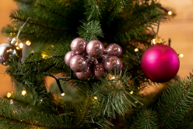 Arranjo de natal com árvore e bolas