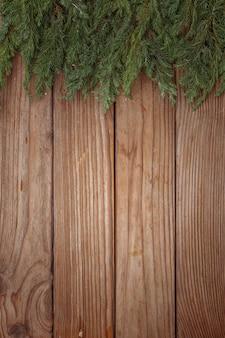 Arranjo de natal de galhos de árvores em fundo de madeira. vista do topo. copie o espaço.
