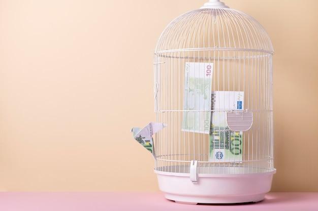 Arranjo de natureza morta de liberdade financeira com espaço de cópia