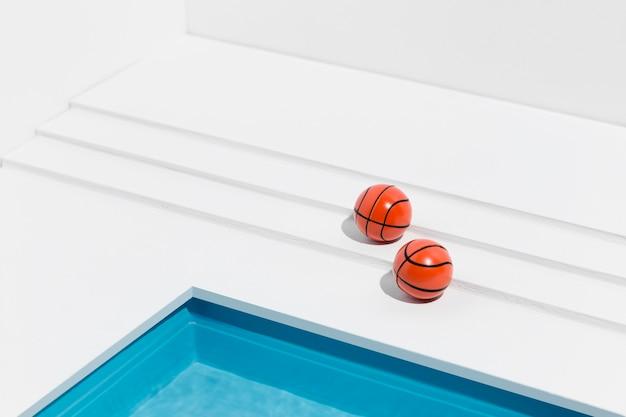 Arranjo de natureza morta em piscina em miniatura com bolas de basquete