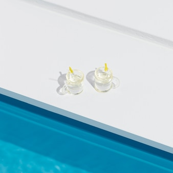 Arranjo de natureza morta em piscina em miniatura com coquetéis