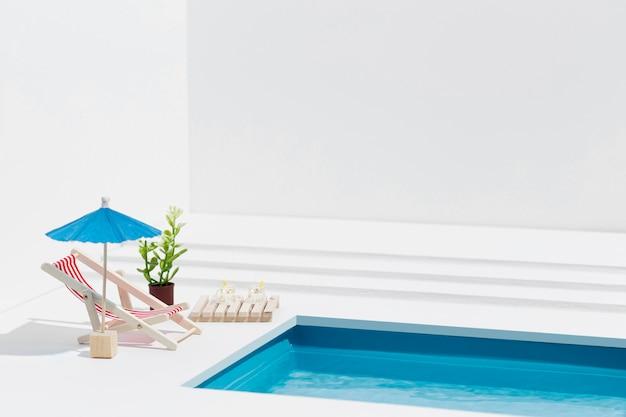 Arranjo de natureza morta em piscina em miniatura