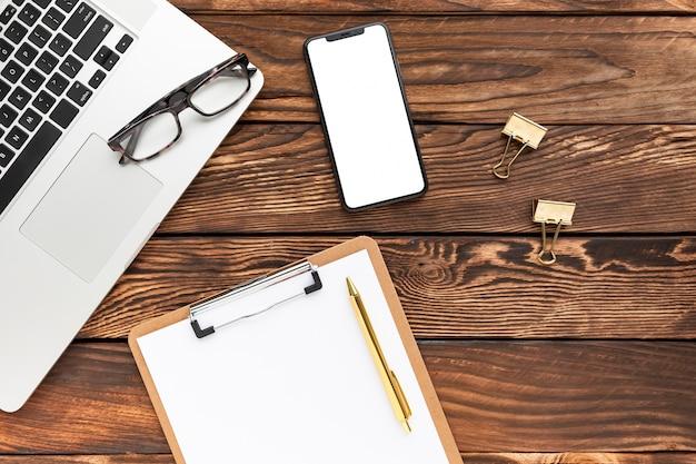 Arranjo de negócios criativos em fundo de madeira