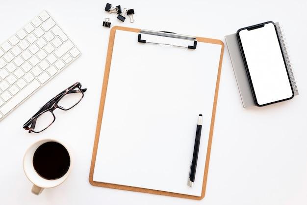 Arranjo de negócios minimalista de vista superior em fundo branco, com espaço de cópia