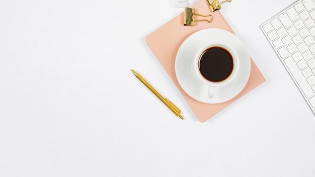 Arranjo de negócios minimalista em fundo branco, com espaço de cópia