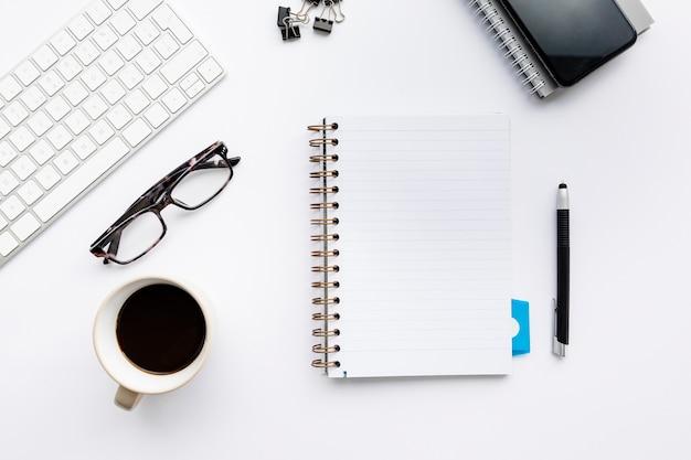 Arranjo de negócios minimalista em fundo branco