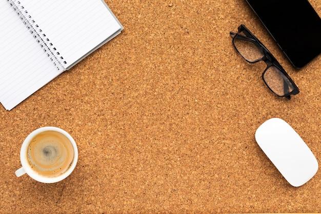 Arranjo de negócios minimalista em fundo de madeira com espaço de cópia