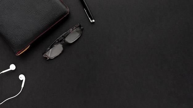 Arranjo de negócios minimalista em fundo preto, com espaço de cópia