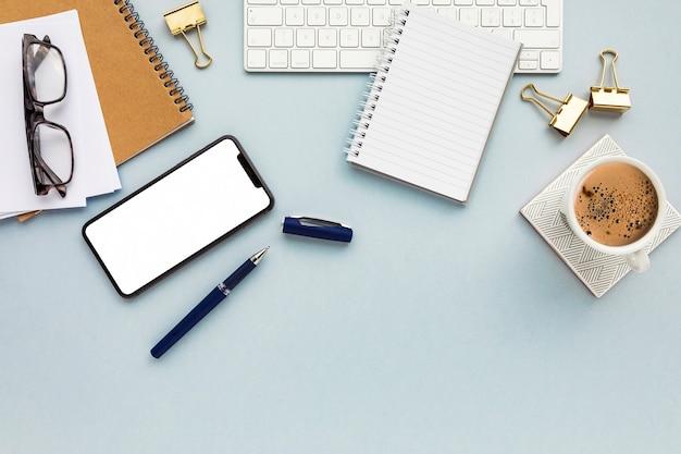 Arranjo de negócios minimalista sobre fundo azul, com espaço de cópia