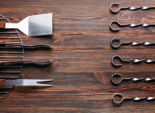 Arranjo de novo utensílio de churrasco conjunto sobre a superfície de madeira