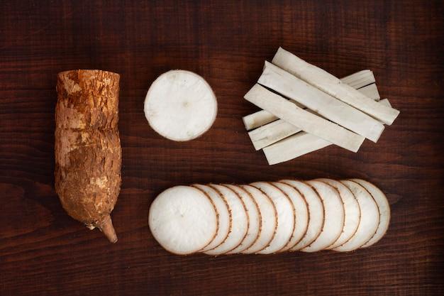 Arranjo de nutritivas raízes de mandioca fatiadas