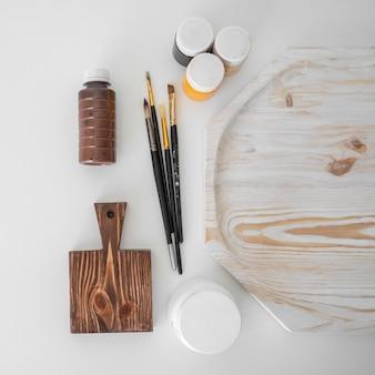 Arranjo de objetos de artesanato em madeira plana