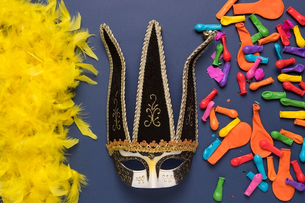 Arranjo de objetos de carnaval colorido sobre fundo azul