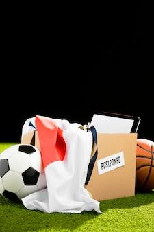 Arranjo de objetos de evento esportivo adiado em caixa