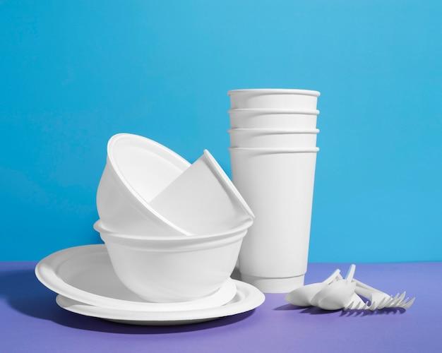 Arranjo de objetos de plástico inúteis