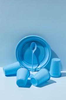 Arranjo de objetos de plástico não ecológicos