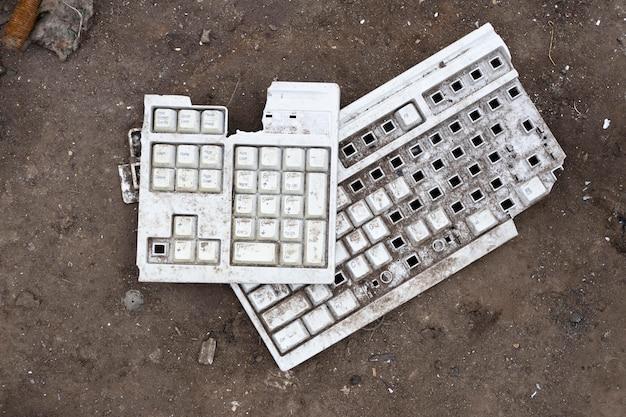 Arranjo de objetos despejados sujos
